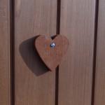 Coeur en bois sur la porte de poulailler