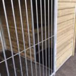 Grand chenil pour chien avec niche isolée et plate-forme
