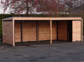 Grand chenil avec niche isolée et cadre en bois